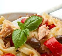 Sałatka z wędzonego łososia z makaronem i kaparami: przepis na danie na sylwestra