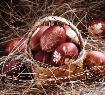 Jak dekorować pisanki barwione w łupinach cebuli?