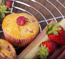 Muffinki z rabarbarem i truskawkami
