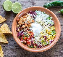 Sałatka z nachosami - warstwowa sałatka meksykańska z kurczakiem