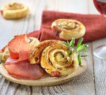 Ślimaki z francuskiego ciasta z salami lub szynką - sposób na szybką pyszną przekąskę [WIDEO]