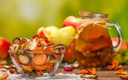 Kompot z jabłek, który może zastąpić kompot z suszu [przepis + WIDEO]
