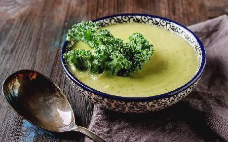 Zupa brokułowo-jarmużowa z menu beszamel