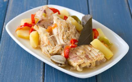Gulasz rybny biały z chrupiącą szynką dojrzewającą [przepis]