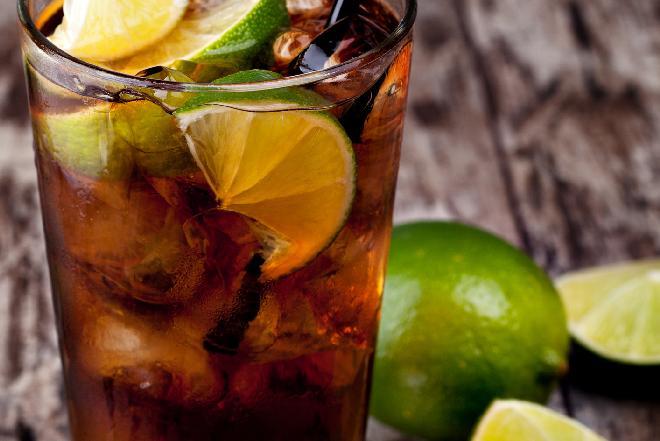 Cuba libre: najprostszy przepis z rumem