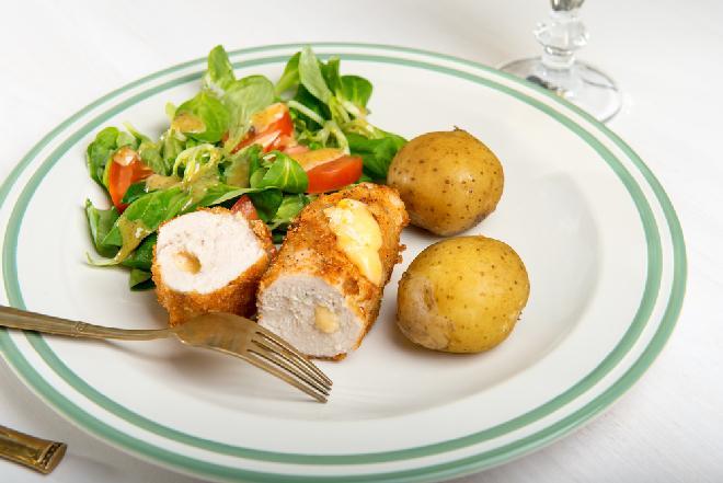 Medialiony drobiowe z ziemniakami podpiekanymi i sałatką: przepis na pełen obiad w niecałe pół godziny