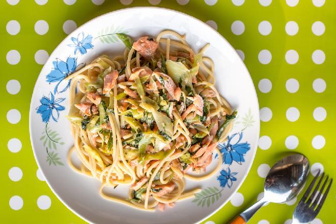 Makaron z łososiem i porem: łatwy przepis na efektowne danie