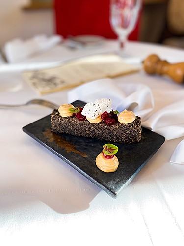 Makowiec z musem orzechowym i żurawiną, deser, restauracja Kanapa