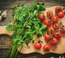 Sałatka pomidorowa z czosnkiem i koperkiem: niewiarygodnie pyszna i świeża