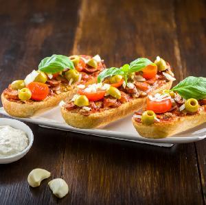 Zapiekanki z bagietki z kabanosami, świeżym pomidorem i oliwkami