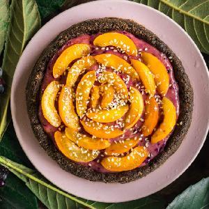 Wegański placek z musem owocowo-kokosowym i brzoskwiniami