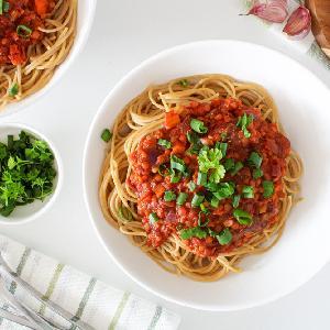 Wegański sos boloński z soczewicą i grzybami: pyszny sos bezmięsny do makaronu