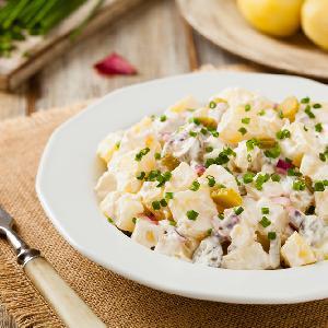 Niemiecka sałatka ziemniaczana: przepis na Kartoffelsalat [WIDEO]