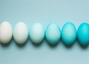 Bajecznie błękitne pisanki: jak naturalnie zabarwić jajka na niebiesko?