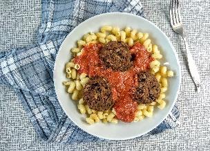Pieczone klopsy fasolowe z sosem pomidorowym: pyszne i obfite danie bezmięsne