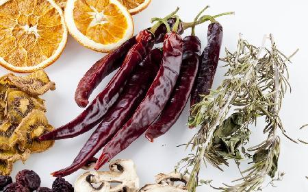 Suszenie grzybów, owoców i warzyw - praktyczny poradnik, jak suszyć produkty w piekarniku, w suszarce, na nitce
