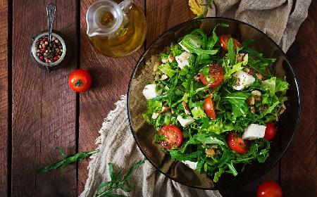 Sałatka z rukoli z serem feta, pomidorami i grzankami