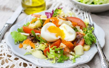 Sałatka paryska - pyszna i sycąca sałatka z kurczakiem i pieczonymi ziemniaczkami