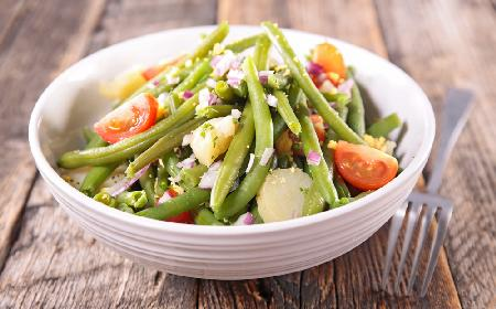 Sałatka z pomidorami, fasolką szparagową i awokado: przepis