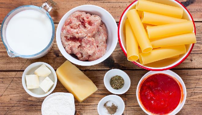 Cannelloni nadziewane mięsem zapieczone pod beszamelem: przepis krok po kroku