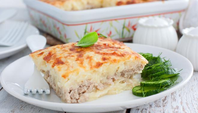 Zapiekanka z tartych ziemniaków i mięsa mielonego