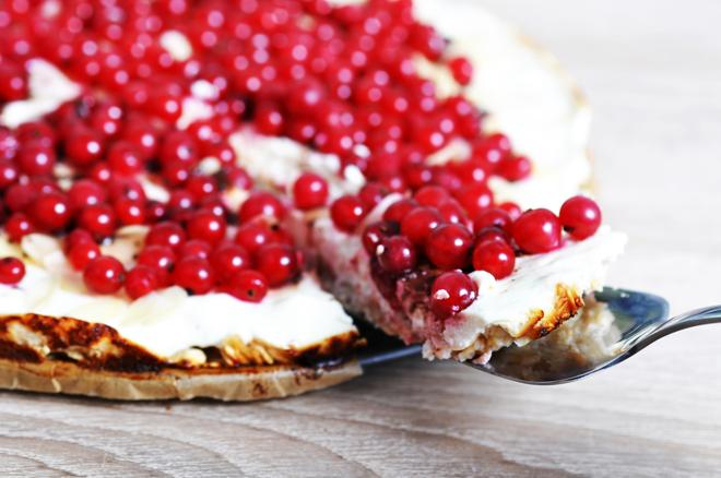 Tarta z czerwonymi porzeczkami - przepis na letni deser