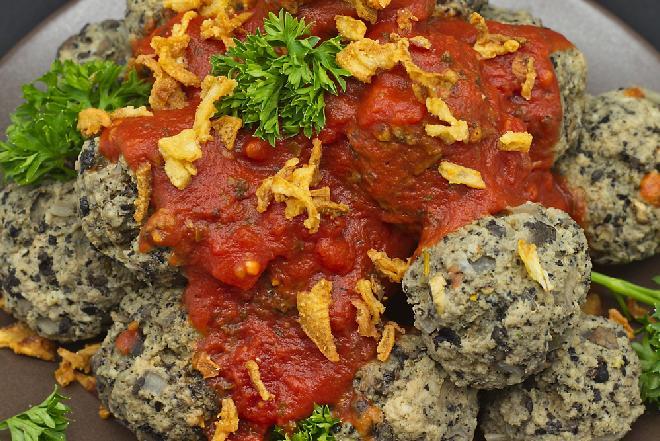 Smaczne grzybowe klopsiki w sosie pomidorowym