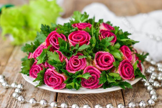 Różany bukiet: kapitalny przepis na warstwową sałatkę śledziową z naleśnikami