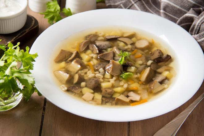 Krupnik z grzybami leśnymi: jesienna zupa z kaszą jęczmienną i świeżymi podgrzybkami