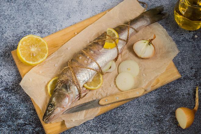 Sandacz zapiekany z cebulą: łatwy przepis na sandacza prosto z Mazur