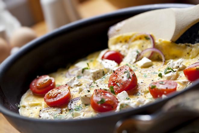 Omlet z pomidorami i mozzarellą [GALERIA ZDJĘĆ]