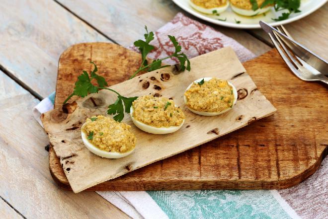 Jajka faszerowane orzechami i szynką: sprawdzony przepis [WIDEO]